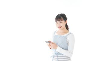 クレジットカード決済をする若いカフェスタッフの写真素材 [FYI04717150]
