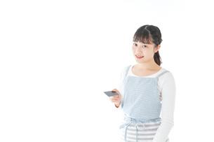 クレジットカード決済をする若いカフェスタッフの写真素材 [FYI04717151]