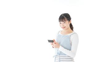 クレジットカード決済をする若いカフェスタッフの写真素材 [FYI04717153]