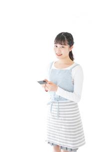 クレジットカード決済をする若いカフェスタッフの写真素材 [FYI04717154]
