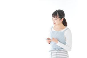 クレジットカード決済をする若いカフェスタッフの写真素材 [FYI04717155]