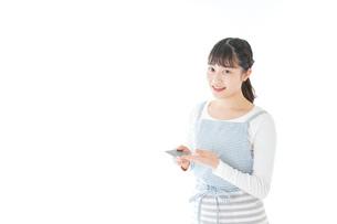 クレジットカード決済をする若いカフェスタッフの写真素材 [FYI04717156]