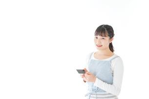 クレジットカード決済をする若いカフェスタッフの写真素材 [FYI04717157]