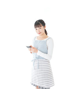 クレジットカード決済をする若いカフェスタッフの写真素材 [FYI04717158]