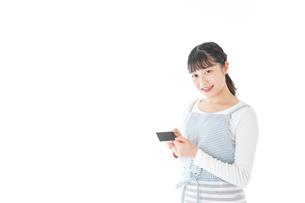 クレジットカード決済をする若いカフェスタッフの写真素材 [FYI04717159]