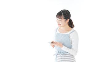 クレジットカード決済をする若いカフェスタッフの写真素材 [FYI04717161]