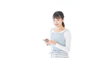 クレジットカード決済をする若いカフェスタッフの写真素材 [FYI04717162]