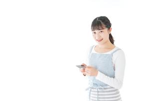 クレジットカード決済をする若いカフェスタッフの写真素材 [FYI04717163]