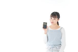 家計を計算する若い主婦の写真素材 [FYI04717164]