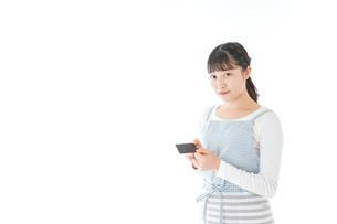 クレジットカード決済をする若いカフェスタッフの写真素材 [FYI04717165]