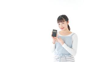 家計を計算する若い主婦の写真素材 [FYI04717166]