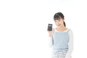 家計を計算する若い主婦の写真素材 [FYI04717167]