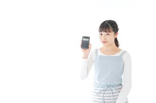 家計を計算する若い主婦の写真素材 [FYI04717168]