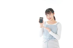 家計を計算する若い主婦の写真素材 [FYI04717169]