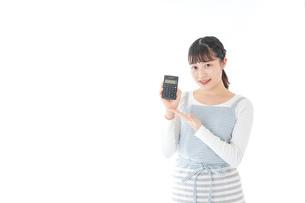 家計を計算する若い主婦の写真素材 [FYI04717170]