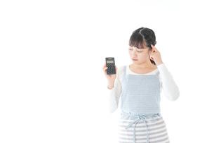 家計を計算する若い主婦の写真素材 [FYI04717171]