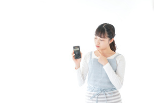 家計を計算する若い主婦の写真素材 [FYI04717172]