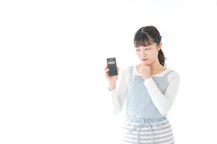 家計を計算する若い主婦の写真素材 [FYI04717173]
