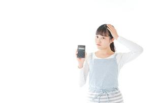 家計を計算する若い主婦の写真素材 [FYI04717174]