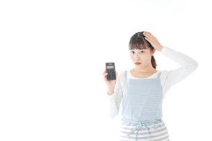 家計を計算する若い主婦の写真素材 [FYI04717175]