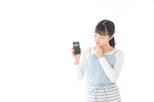 家計を計算する若い主婦の写真素材 [FYI04717178]