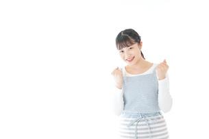 ガッツポーズをする若い主婦の写真素材 [FYI04717179]