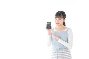 家計を計算する若い主婦の写真素材 [FYI04717180]