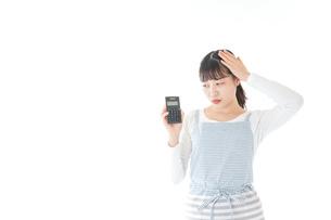 家計を計算する若い主婦の写真素材 [FYI04717181]
