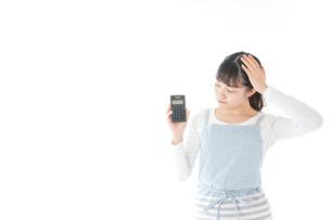 家計を計算する若い主婦の写真素材 [FYI04717182]