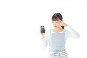 家計を計算する若い主婦の写真素材 [FYI04717183]