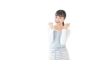 ガッツポーズをする若い主婦の写真素材 [FYI04717185]