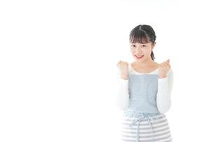 ガッツポーズをする若い主婦の写真素材 [FYI04717187]