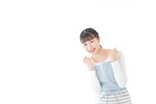 ガッツポーズをする若い主婦の写真素材 [FYI04717189]