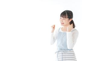ガッツポーズをする若い主婦の写真素材 [FYI04717191]