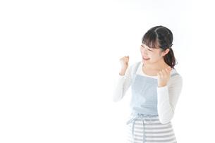 ガッツポーズをする若い主婦の写真素材 [FYI04717192]
