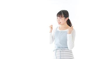 ガッツポーズをする若い主婦の写真素材 [FYI04717193]