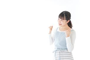 ガッツポーズをする若い主婦の写真素材 [FYI04717203]