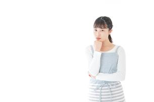 悩む若い主婦の写真素材 [FYI04717210]