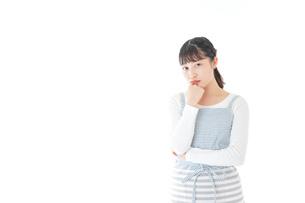 悩む若い主婦の写真素材 [FYI04717212]