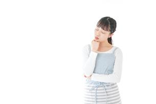 悩む若い主婦の写真素材 [FYI04717215]