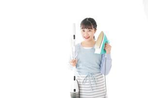 家事をする若い主婦の写真素材 [FYI04717227]