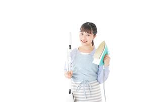 家事をする若い主婦の写真素材 [FYI04717228]