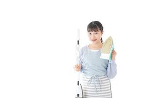 家事をする若い主婦の写真素材 [FYI04717229]