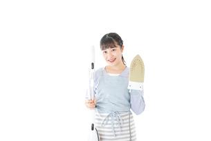 家事をする若い主婦の写真素材 [FYI04717230]
