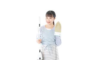 家事をする若い主婦の写真素材 [FYI04717231]