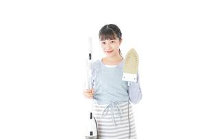 家事をする若い主婦の写真素材 [FYI04717232]