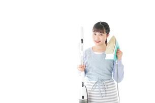 家事をする若い主婦の写真素材 [FYI04717234]