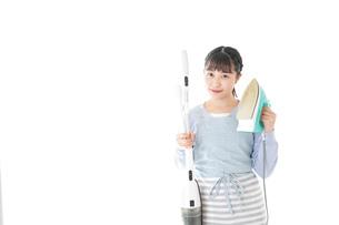 家事をする若い主婦の写真素材 [FYI04717235]