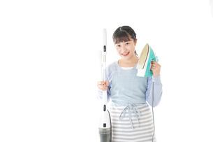 家事をする若い主婦の写真素材 [FYI04717236]