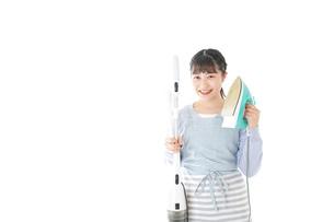 家事をする若い主婦の写真素材 [FYI04717237]